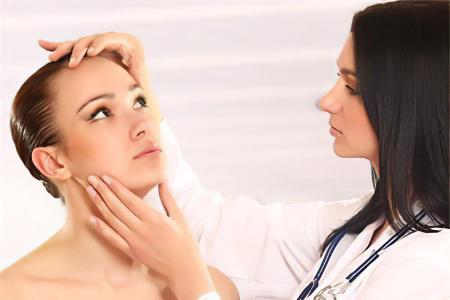 Жировик на лице – что делать? Причины и симптомы