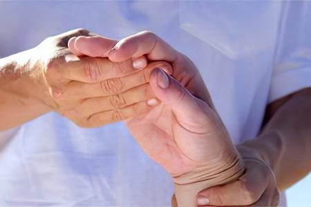 Вывих руки: что делать? Симптомы и лечение