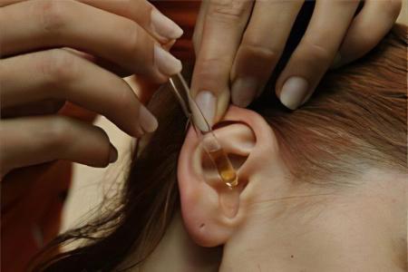 Как лечить ухо в домашних условиях камфорным маслом