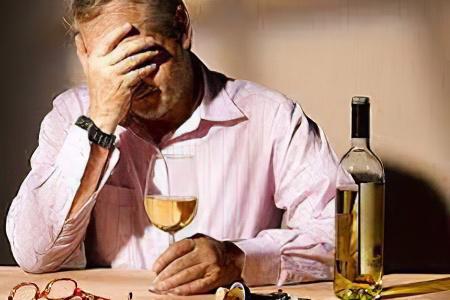Алкоголизм сам бросил пить